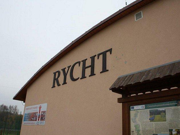 U tachovských sportovišť v průběhu víkendu opět řádili vandalové. Z nápisu Rychta odtrhli písmeno A. jeden z kamenů polili červenou barvou, zaneřádili pergolu, poničili zařízení u závory k zimnímu stadionu.