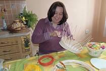 IVETA TIMOČKOVÁ u svého nejoblíbenějšího hobby, pletení košíků z pedigu.
