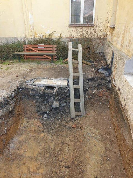Stavební práce začaly, pod budoucí výtahovou šachtou byla objevena stará studna.