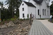 Bezbarierový přístup má od pátku kostelík Panny Marie Lourdské v Konstantinových Lázních. Pohodlnější cesta pro věřící vznikla po celkových úpravách okolí kostela, kdy přibyly nové cesty, chodník, posezení a zeleň