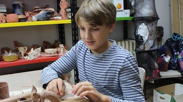 David při práci na sošce kočky.