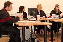 Okresní soud v Tachově v čele s předsedkyní senátu Michaelou Řezníčkovou (vpravo) v úterý odročil hlavní líčení se skupinou lidí obžalovaných z kuplířství.