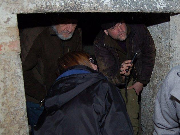 VE SKLEPÍCH POD MUZEEM pátrali návštěvníci i zoologové po netopýrech. Na snímku je Pavel Řepa. který výstavu Netopýři Smrčin zahájil, vpravo zoolog Luděk Bufka z národního parku Šumava a v popředí ředitelka muzea Jana Hutníková.