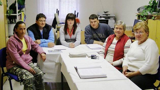 Ve Kšicích čekali na 138 voličů. Volný čas si komise krátí křížovkami a čtením staré kroniky obce.