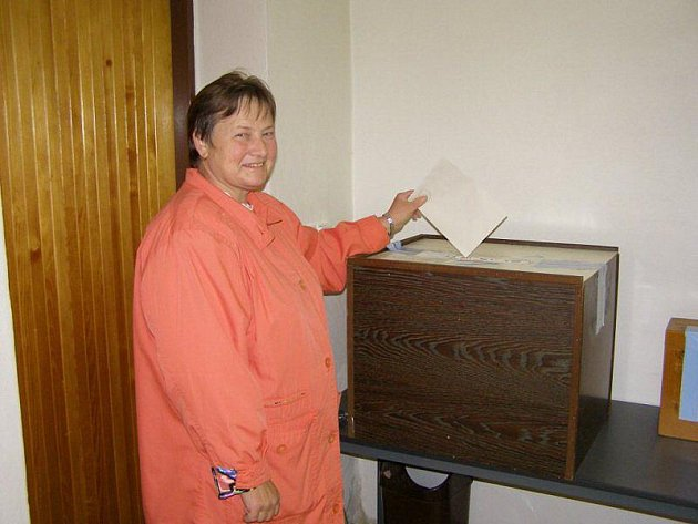 Ve Kšicích čekali na 138 voličů. Volný čas si komise krátí křížovkami a čtením staré kroniky obce. Na snímku je volička Anna Kaprhálová ze Kšic.