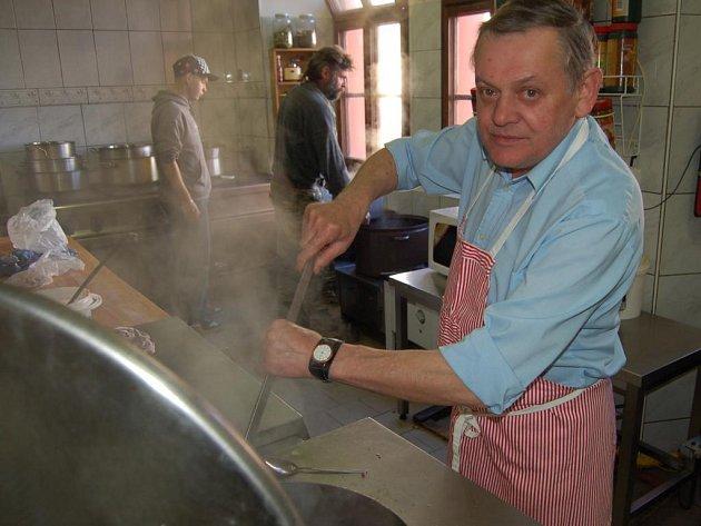 Hektolitry zabijačkové polévky vařil Václav Fiala s kolektivem pro sobotní zabijačkové hody u Zlatého kalicha ve Stříbře