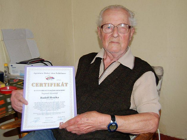 SULISLAVSKÝ KRONIKÁŘ Rudolf Hruška s certifikátem potvrzujícím, že je nejstarším kronikářem v České republice.