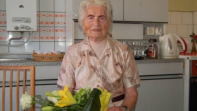 ALŽBĚTA VRBOVÁ z Tachova obdržela od členek Sboru pro občanské záležitosti v Tachově malý dárkový balíček a barevnou kytici.