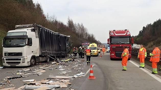 Nehoda dvou kamionů na dálnici D5 u Kladrub.