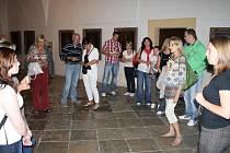 První skupina návštěvníků se vydala na prohlídku kladrubského kláštera po sedmé hodině večerní