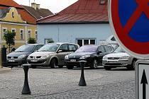 TO SE NÁM VŮBEC NELÍBÍ shodují se občané Chodové Plané. Poukazují na to, aby se z náměstí nestalo parkoviště.