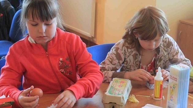 Děti se sešly, aby společně vyrobily velikonoční ozdoby.