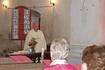 Mši ve Vysokém Sedlišti celebroval borský vikář Vladimír Born (na snímku). Ta byla vedena jak v německém, tak českém jazyce. Mezi rodáky byl o ni velký zájem.