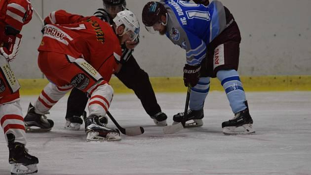 V Tachově skončilo utkání Krajské hokejové ligy Karlovarského a Plzeňského kraje těsně 4:3 pro hostující Domažličany (v modrém Matěj Polata, v červeném domácí Pavel Kubeš).
