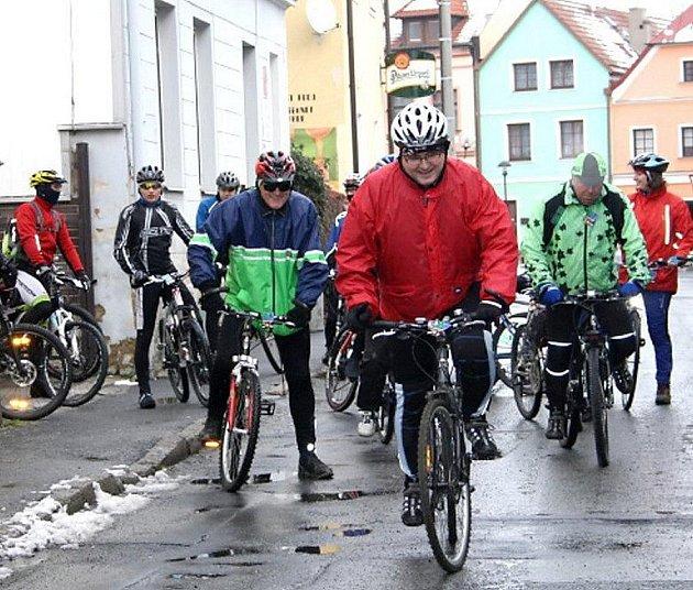 Čtyři desítky tachovských cyklistů vyjeli v posledním dni roku na silvestovský výlet k přehradě Lučina