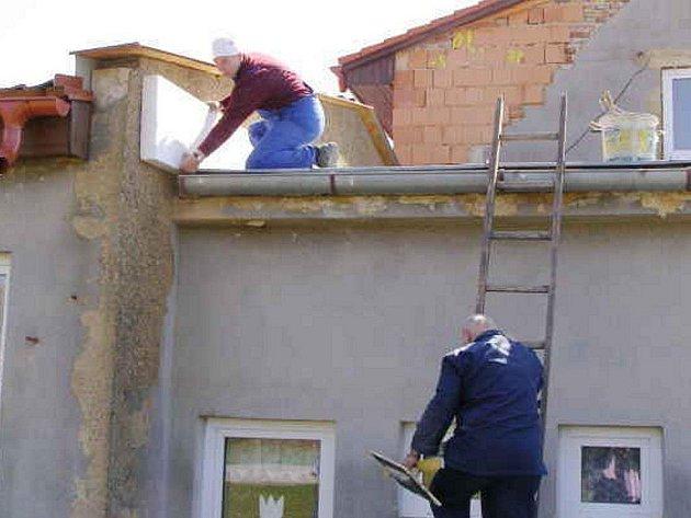 DĚLNÍCI ZATEPLUJÍ BUDOVU MATEŘSKÉ ŠKOLY.  Zaměstnanec stavební firmy Štefan Šesták (nahoře) připravuje zateplení.