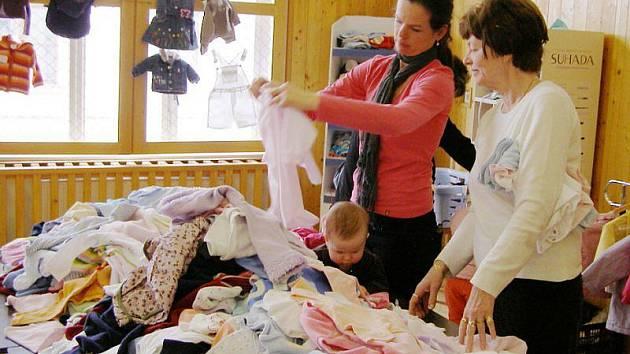 Stříbrské maminky se domluvily a uspořádaly burzu dětských oděvů.