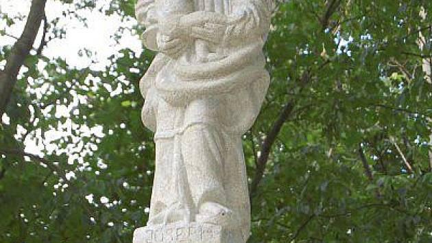 Soška sv. Josefa v Michalových Horách, na jejíž obnově se členové LLM podíleli.