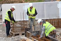 Na stavbě budoucího koupaliště v Tachově pokračují betonářské práce a dokončuje se boční osazení bazénu