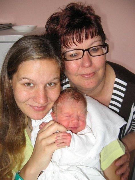 Až z Cebiva se přijela podívat na svou prvorozenou vnučku Adrianku Fejfarovou její babička Marie Havlíková. Adrianka (2,53 kg/46 cm) se narodila rodičům Monice a Markovi 27. května v 7.57 hod. ve FN v Plzni.