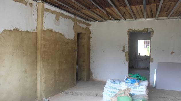 Na návsi v Darmyšli se rekonstruuje jeden z nejstarších domů ve vsi.