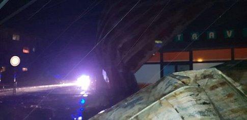 Vítr strhl střechu bytového domu v Přimdě