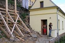 Hradby zničily domu střechu. Teď nastupuje další nepřítel, do neobydleného příbytku se dávají plísně.