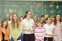 ZAZPÍVALI KAMARÁDŮM. Žáci z tachovské školy zazpívali na úvod setkání dětem z weidenské školy vánoční koledy v českém i německém jazyce.