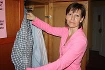 BLANKA SULIMOVÁ, pracovnice denního centra pro lidi bez přístřeší, při kontrole oblečení, které centrum dostává.