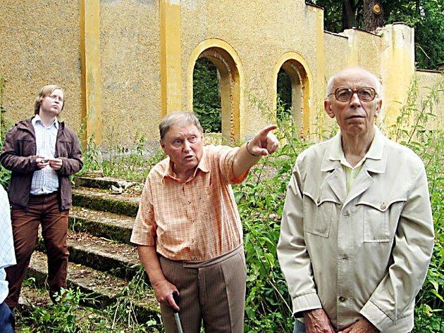 Jiří Čechura (uprostřed) stál u zrodu naučné stezky v Kladrubech. Při jejím znovuotevření prováděl návštěvníky