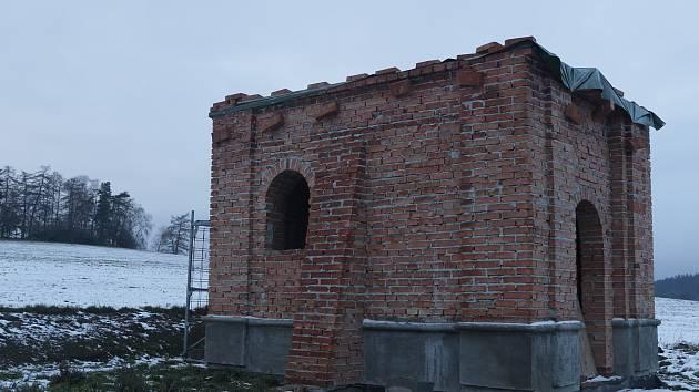 Nová cihelná stavba roste u dnes nepoužívané původní úvozové cesty z Dolního Kramolína do Holubína na Tachovsku.