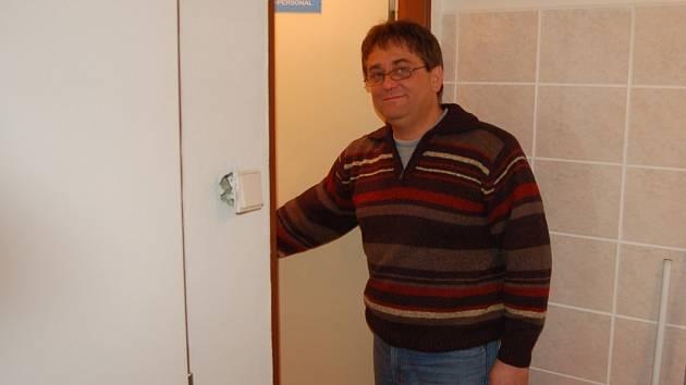 Pacient Miroslav Sívek (na snímku) se diví, že se některé dveře záchodů plánské polikliniky ještě stále otevírají dovnitř.