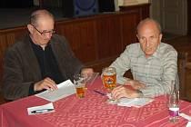 Příslušníci tachovské okresní organizace PTP se sešli na schůzi ve Stříbře. Vlevo předseda PTP Tachov Bohumír Kráčmar, vedle něj předseda krajské organizace Jiří Hezký.