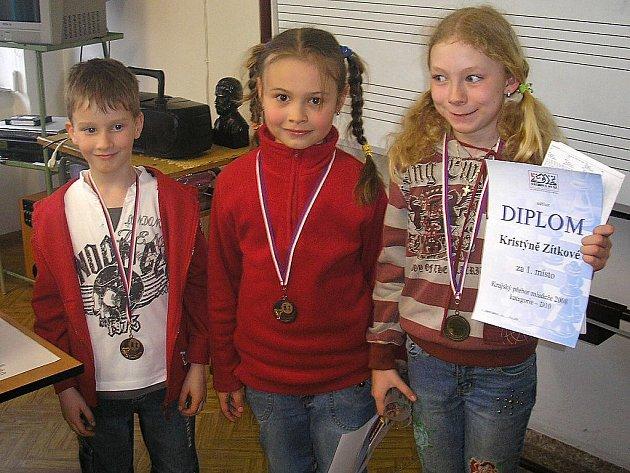 Mladí šachisté z Plané sbírají na turnajích cenné úspěchy. Na snímku zleva Matěj Slavík, Blanka Brunová a Kristýna Zítková.