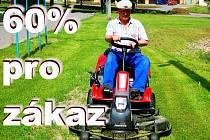 Libor Touš obsluhuje sekačku, kterou v Kostelci sekají trávu na veřejných prostranstvích. Stroj je  k prostředí šetrnější, má například sníženou hlučnost motoru.