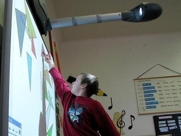 Při výuce používají žáci školy v Chodové Plané interaktivní tabuli.