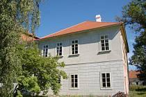 V areálu svojšínského zámku roste pro turisty nová ubytovna. Na její dokončení ještě ale zastupitelům nějaké peníze chybí.