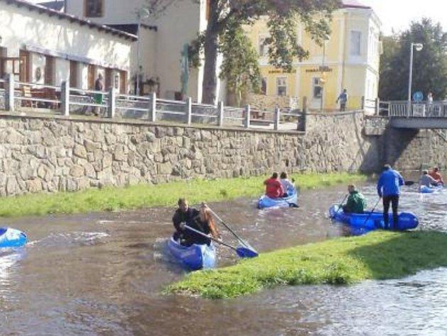 TACHOVŠTÍ vodáci symbolicky uzamkli řeku Mži v Tachově. Úsek od přehrady do vodácké základny sjelo přibližně osmdesát vodáků.