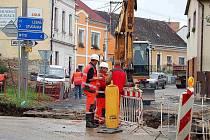KŘIŽOVATKA JE UZAVŘENA. Dělníci stavební firmy překládají vodovodní potrubí na křižovatce ulic Petra Jilemnického a Americká v Tachově.