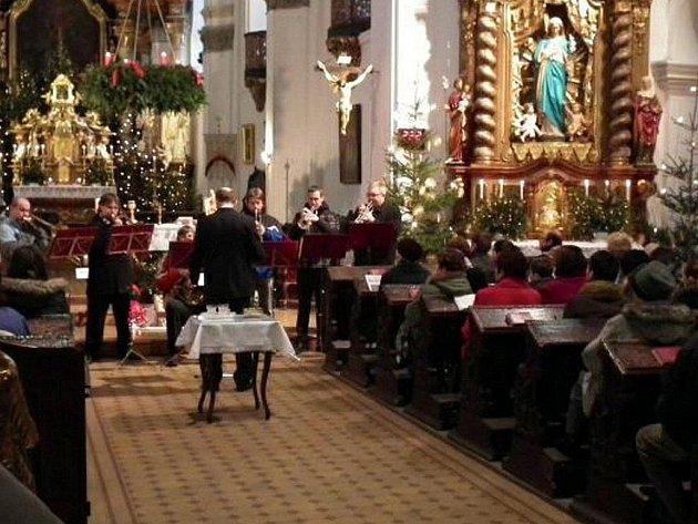 ŽESŤOVÝ SOUBOR ZUŠ Stříbro hrál o Štědrém dnu v kostele Všech svatých ve Stříbře.