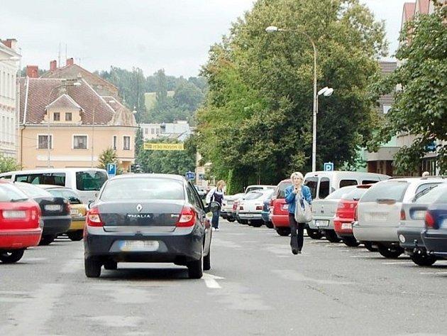 V Plané je na náměstí dostatek parkovacích míst.