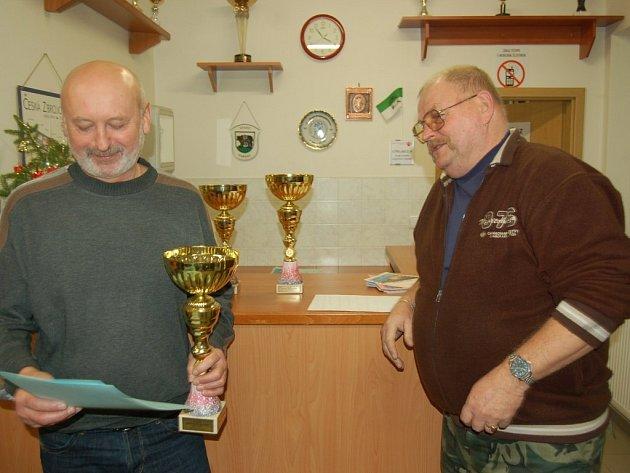 Karel Karaman (vpravo) právě předal pohár za vítězství ve střelecké Lize starších zástupci družstva Bodega z Boru.