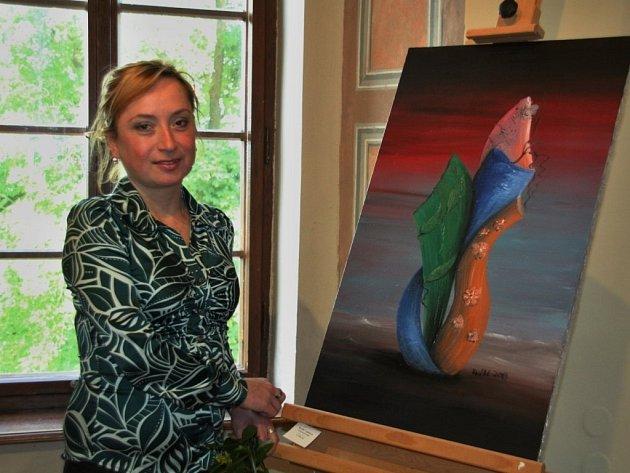 KVĚTA ČAPKOVÁ s jedním ze svých obrazů, které si mohli o víkendu prohlédnout návštěvníci bezdružického zámku.