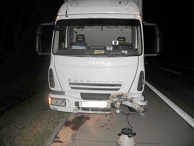 Kamion Iveco srazil divočáka. Ten byl na místě mrtvý. Škoda byla odhadnuta na sedmdesát tisíc korun.