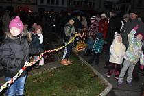 LOŇSKÝ VÝKON byl překonán, předloňský rekord nikoli. Dětem se v Tachově podařilo vyrobit řetěz dlouhý 131 metr.