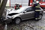V Maršových Chodech narazilo v neděli ráno auto do stromu.