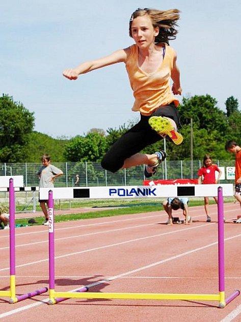 NA SOUSTŘEDĚNÍ. Denisa Vávrová při sportovním výkonu v běhu na šedesát metrů překážek na soustředění v Itálii.
