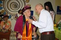 HEREC STANISLAV ZINDULKA blahopřeje a předává šerpu vítězce soutěže Miss staré koleno Marii Tolarové.