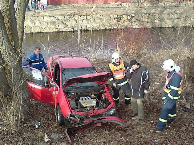Vozidlo po nehodě skončilo u řeky.