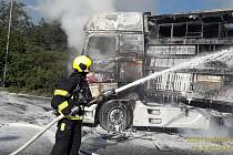 Požár kamionů u dálnice D5.